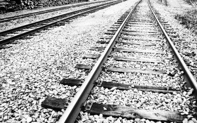 Henkilöjuna ja henkilöauto törmäsivät Tiilimaantien tasoristeyksessä