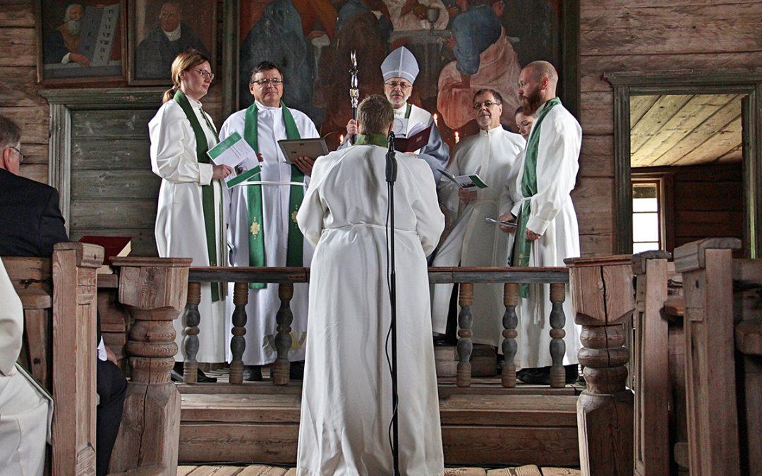 Petäjäveden uusi kirkkoherra astui virkaansa iloisin mielin