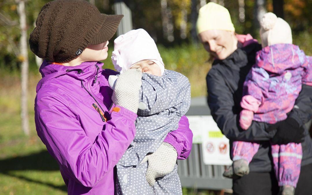 Vauvan päivän tapahtumassa jumpattiin, leikittiin ja iloittiin yhdessäolosta