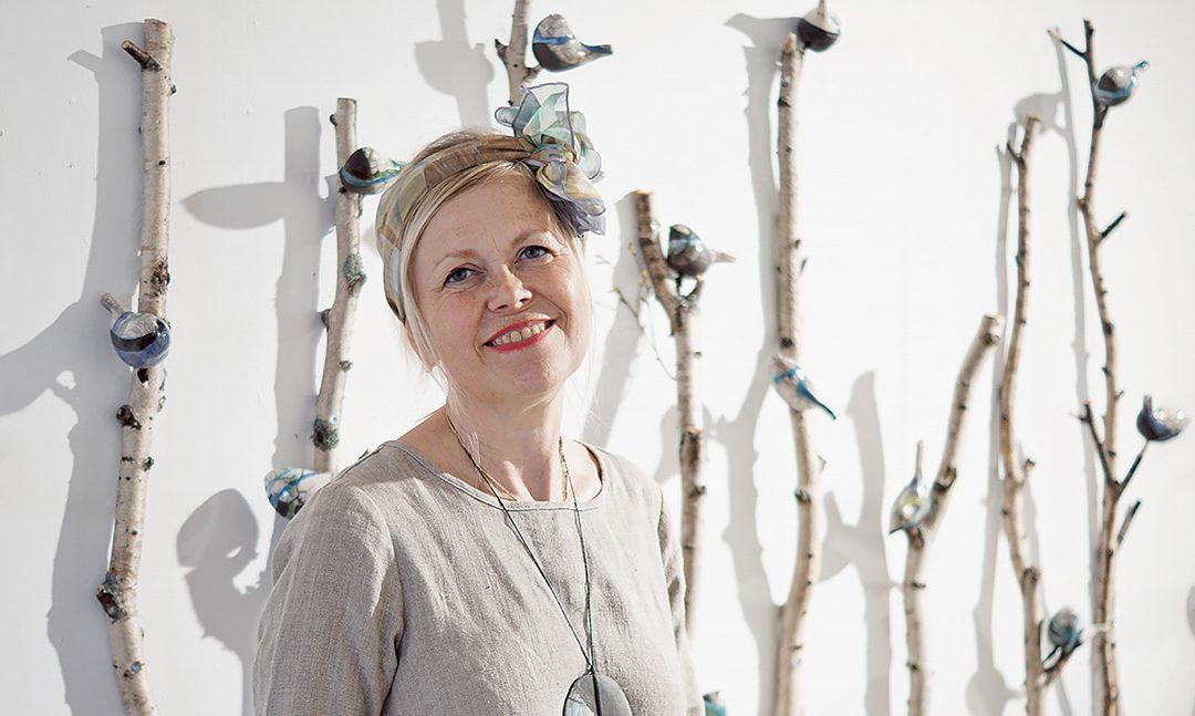 Anitta Asunta-Planen kaunis näyttely pulppuaa  värejä, lintuja, hirviä ja naisia (Vain tilaajille)